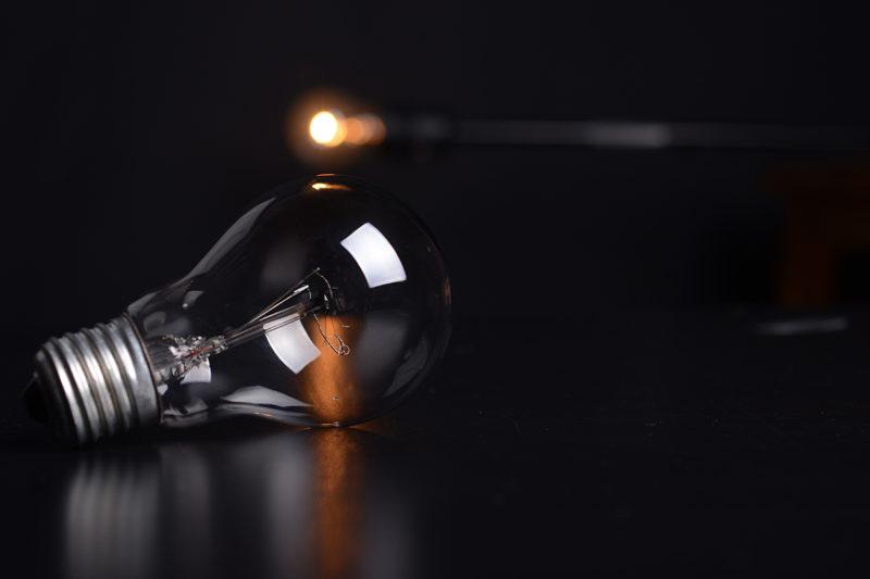 Was-genau-ist-eigentlich-Suchmaschinenoptimierung-Lampe-auf-Tisch