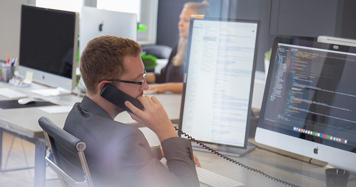 Neue Normalität: André in der Agentur telefonische Beratung